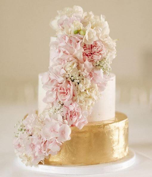 Elegante Torte Mit Blattgold Und Frischblumen Haus Brink